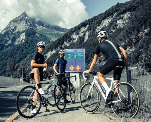 fahrradfahrer-an-den-alpen