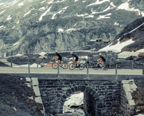 fahrradfahrer-auf-bruecke